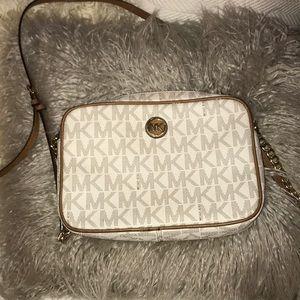 Micheal Kors cross body purse 🌼